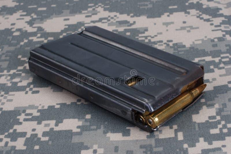 Período de la guerra de Vietnam de la revista del rifle del EJÉRCITO DE LOS EE. UU. M16 20o con la munición fotografía de archivo libre de regalías