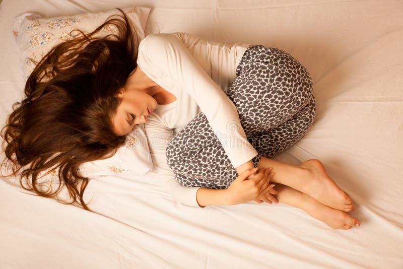 Período del dolor del dolor de estómago de la enfermedad, sufrimiento de la mujer aislado encima fotos de archivo