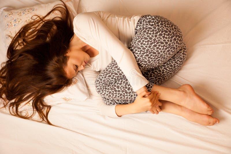 Período del dolor del dolor de estómago de la enfermedad, sufrimiento de la mujer aislado encima fotografía de archivo
