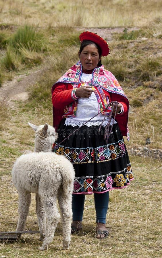 Perú - mujer local con alpaca fotografía de archivo