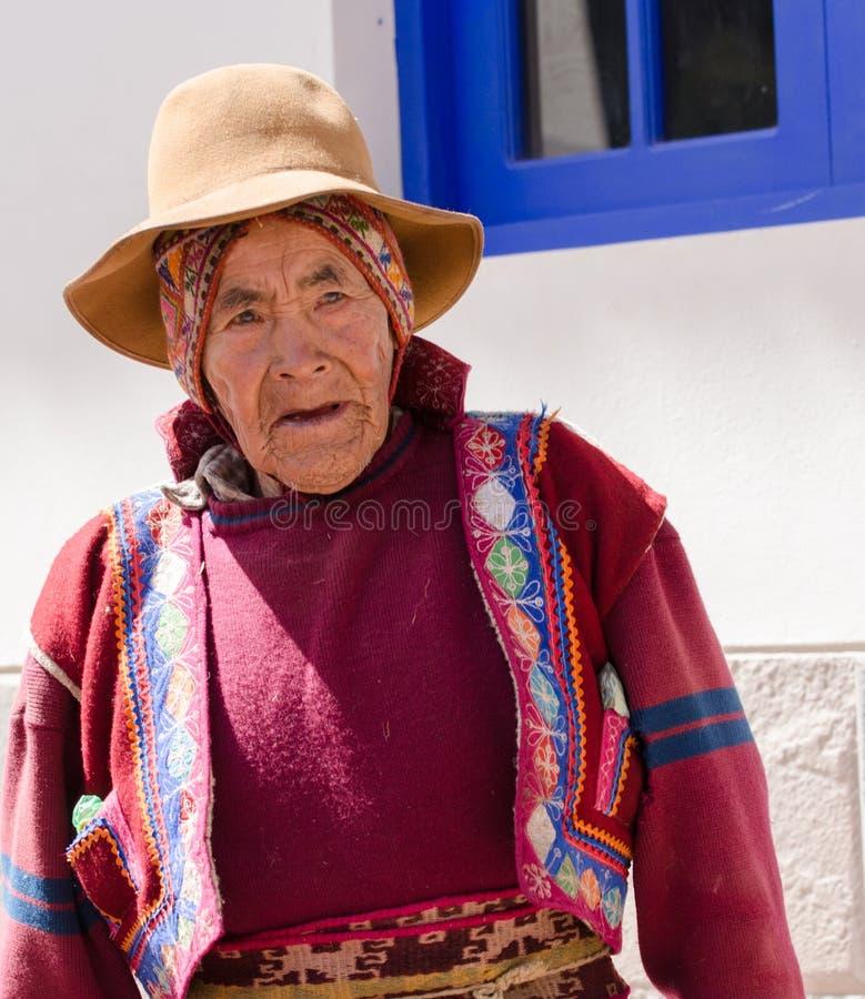 Perú nativo, viejo hombre se vistió en la más cest bordada colorido con el sombrero y la bufanda alrededor de la cabeza imagen de archivo