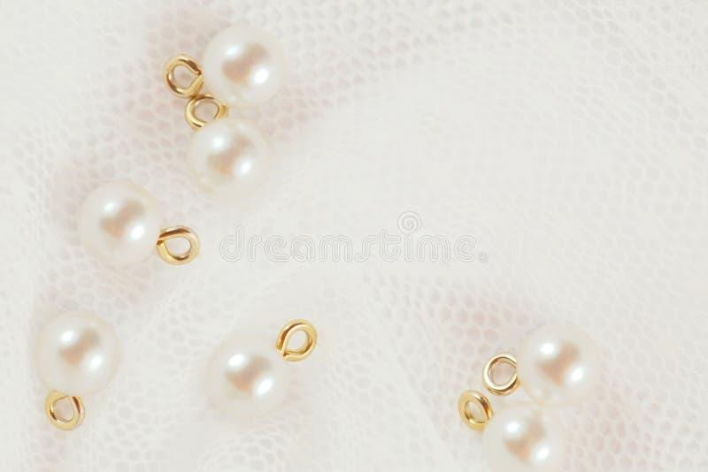Perła guziki na białej ślub koronce obrazy stock