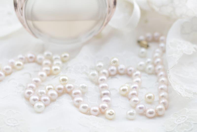Perły, koronki suknia i pachnidło butelki defocused fotografia, - Poślubiający zdjęcia royalty free