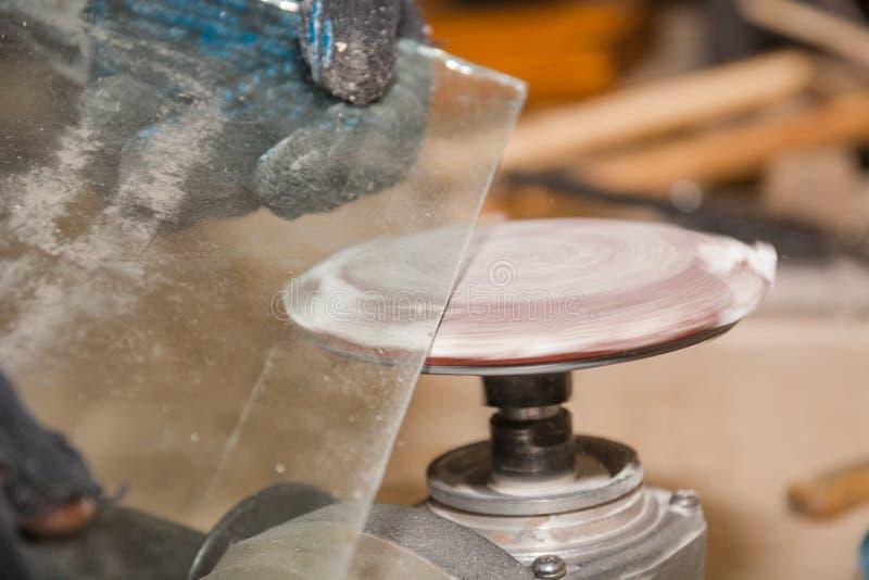 per elaborare il bordo di vetro Elaborazione di un bordo entusiasta di vetro immagine stock