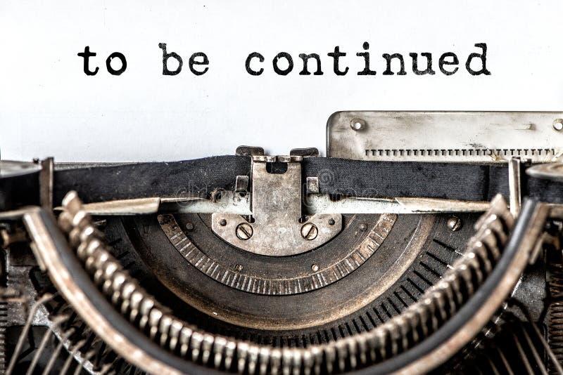 per essere parole scritte continuate su una macchina da scrivere d'annata Fine in su immagini stock libere da diritti