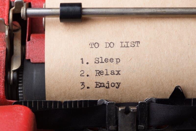 Per fare il sonno della lista, rilassi, goda - del messaggio di testo sul primo piano della macchina da scrivere immagini stock libere da diritti