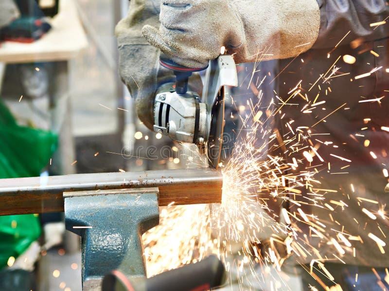 Per il taglio di metalli con la smerigliatrice di angolo immagine stock