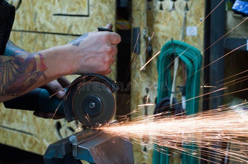 Per il taglio di metalli dalla smerigliatrice immagini stock libere da diritti