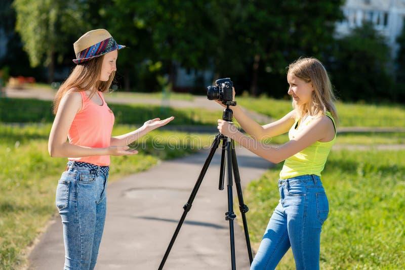 Per l'amica del ` s della ragazza Estate in natura Sono vestiti in abbigliamento casual Conduca una conversazione Vlog record e fotografia stock