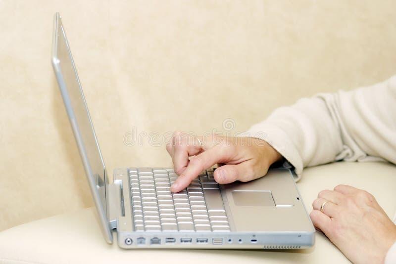 Per mezzo di un computer portatile immagine stock libera da diritti