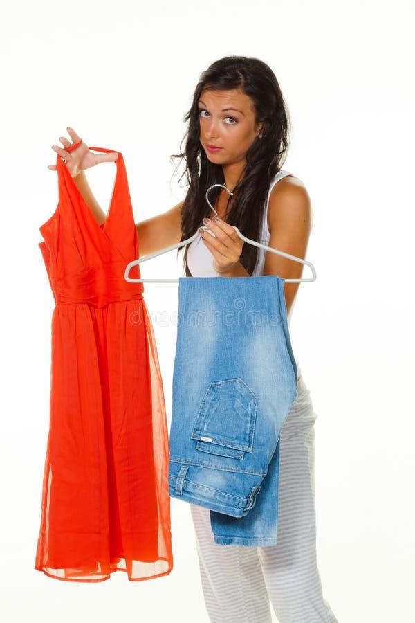 Per per portare i vestiti delle donne che pensa fotografia stock