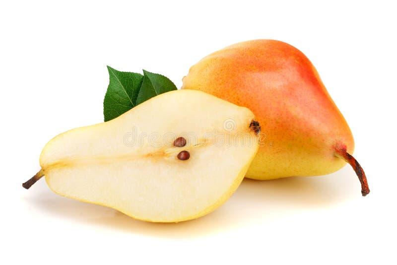 Pera amarilla roja madura con las frutas de las hojas aisladas en el fondo blanco imagenes de archivo