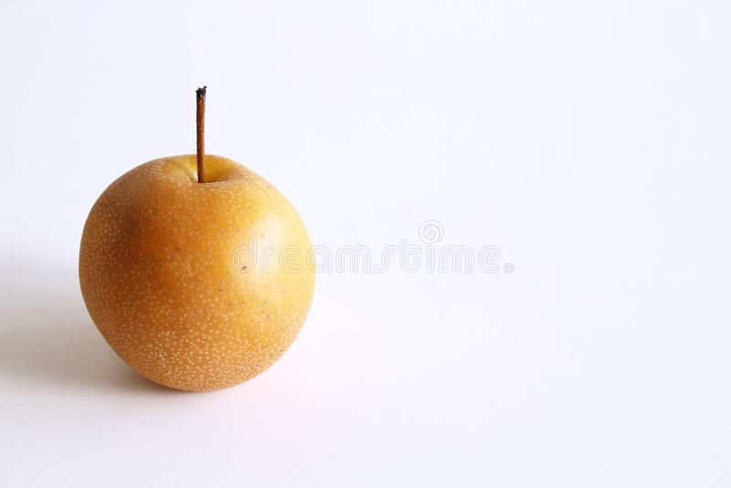 Pera chinesa inteira ou pera de Nashi com a haste no fundo branco, conceito do alimento foto de stock