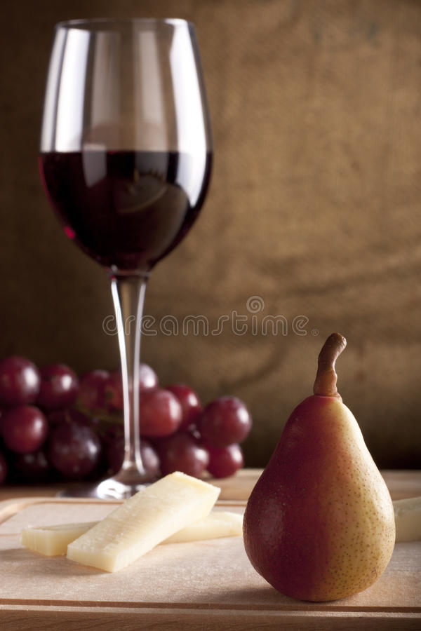 Pera com vinho e queijo imagem de stock royalty free