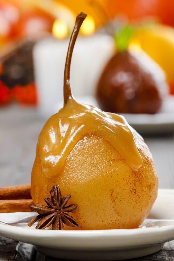 Pera con la salsa del caramello. Dessert francese fotografie stock
