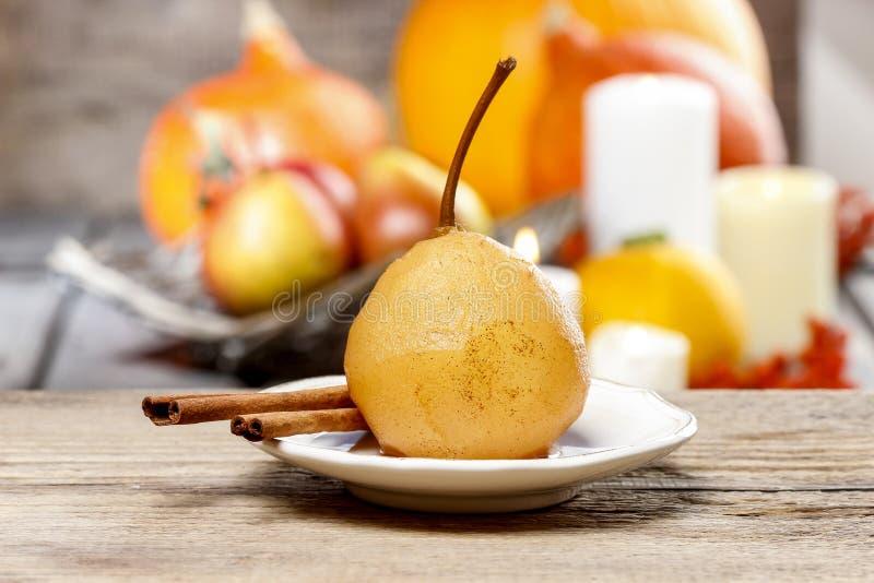 Pera con la salsa del caramello. Dessert francese immagine stock libera da diritti