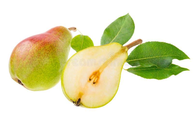 A pera doce, madura, verde e vermelha com folhas, e uma cortaram na foto de stock royalty free
