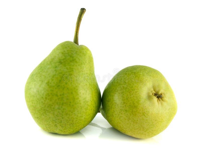 Pera dois verde madura no fundo branco. imagens de stock