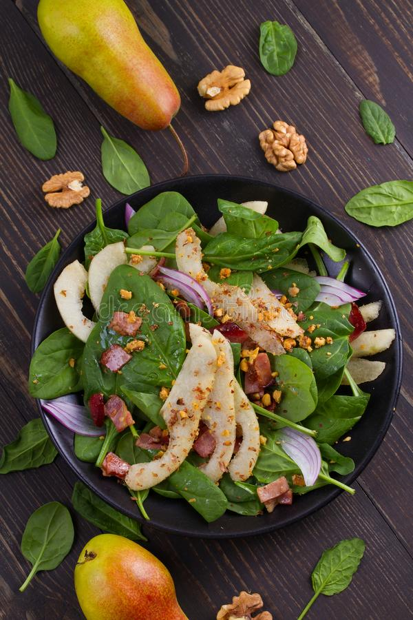 Pera dos espinafres e salada mornas do bacon imagem de stock royalty free