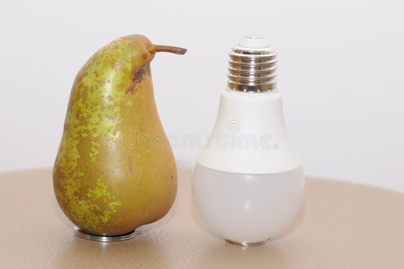 Pera e lampadina immagini stock