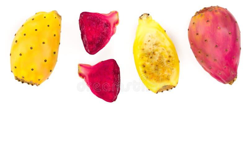Pera espinhosa amarela ou opuntia da extremidade vermelha isolada em um fundo branco com espaço da cópia para seu texto Vista sup foto de stock
