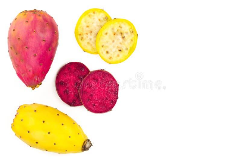 Pera espinhosa amarela ou opuntia da extremidade vermelha isolada em um fundo branco com espaço da cópia para seu texto Vista sup fotografia de stock