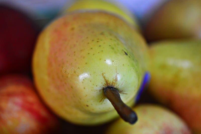 Pera fresca e naturale con i frutti fotografia stock