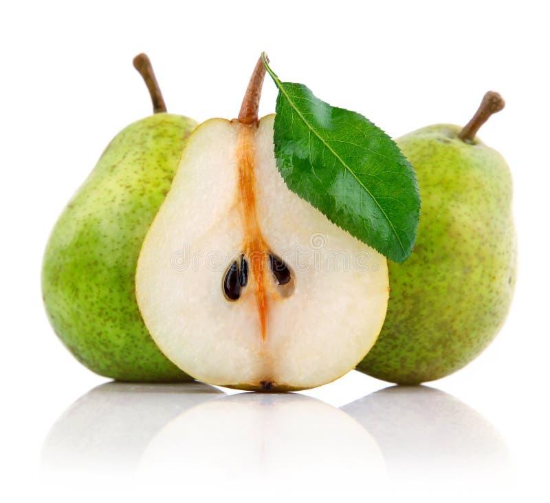A pera fresca frutifica com as folhas do corte e do verde fotos de stock