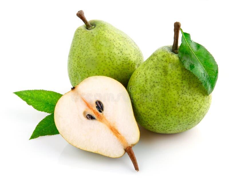 A pera fresca frutifica com as folhas do corte e do verde imagem de stock
