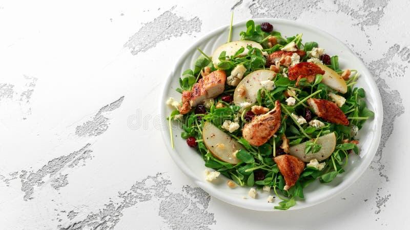 Pera, insalata di pollo con formaggio blu, mirtillo rosso e noci Alimento sano di concetto immagini stock libere da diritti