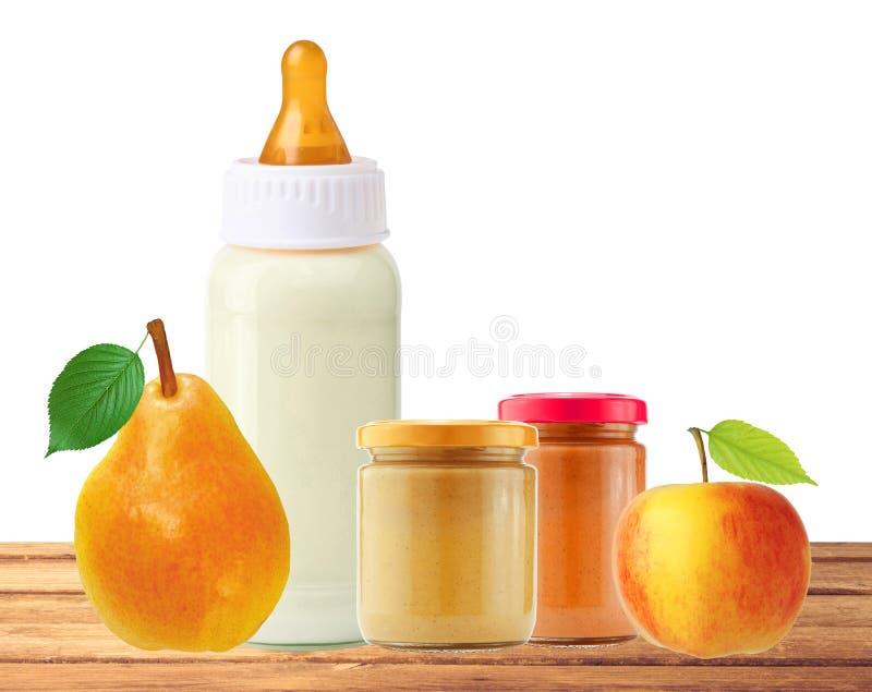 Pera, manzana, alimentos para niños y y botella de leche frescos en la tabla fotos de archivo libres de regalías