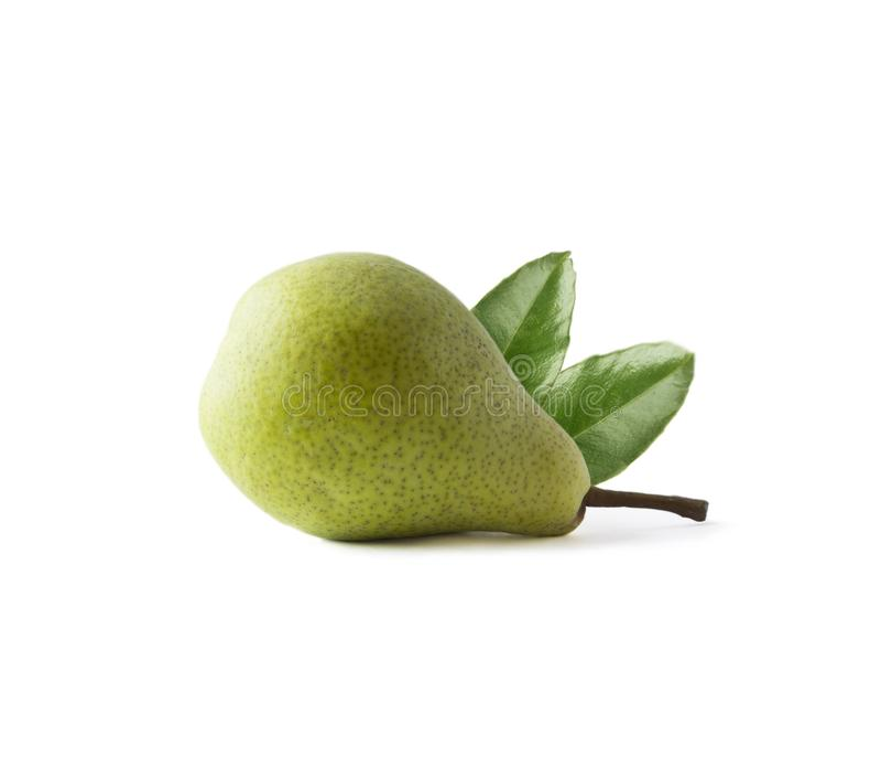 Pera matura con le foglie isolate su un fondo bianco Pera con lo spazio della copia per testo Primo piano verde della pera fotografia stock libera da diritti