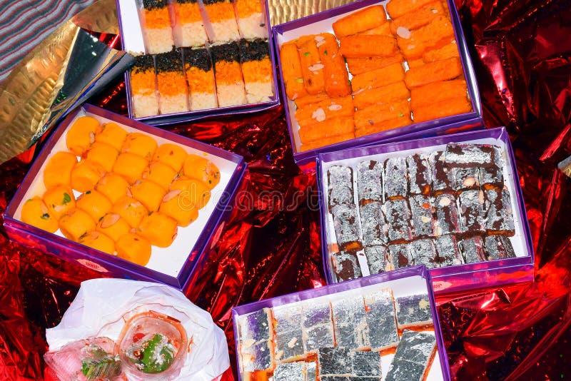 Pera ou pedha doce indiano, motichoor ou motichur ou laddu do bundi, burfi doce indiano imagens de stock