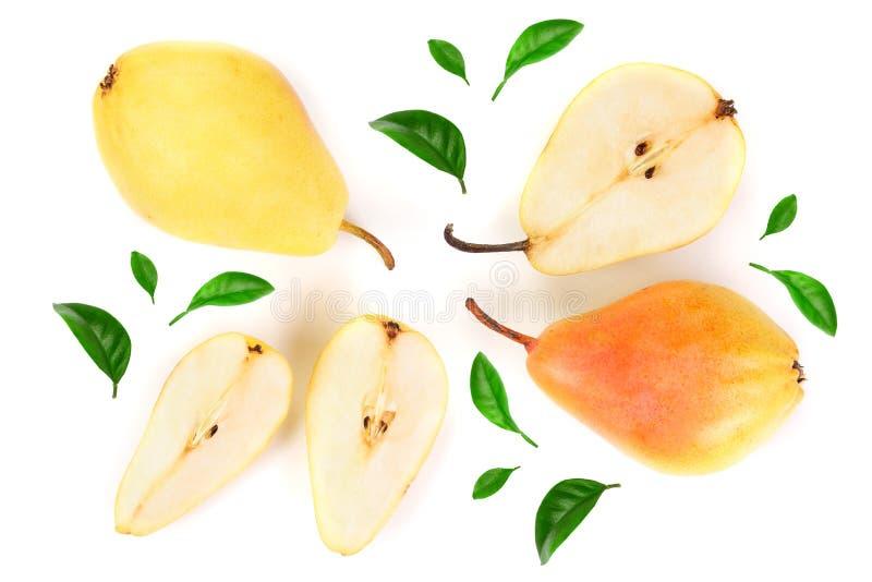 A pera três amarela vermelha madura frutifica com a folha isolada no fundo branco Vista superior Teste padrão liso da configuraçã imagens de stock