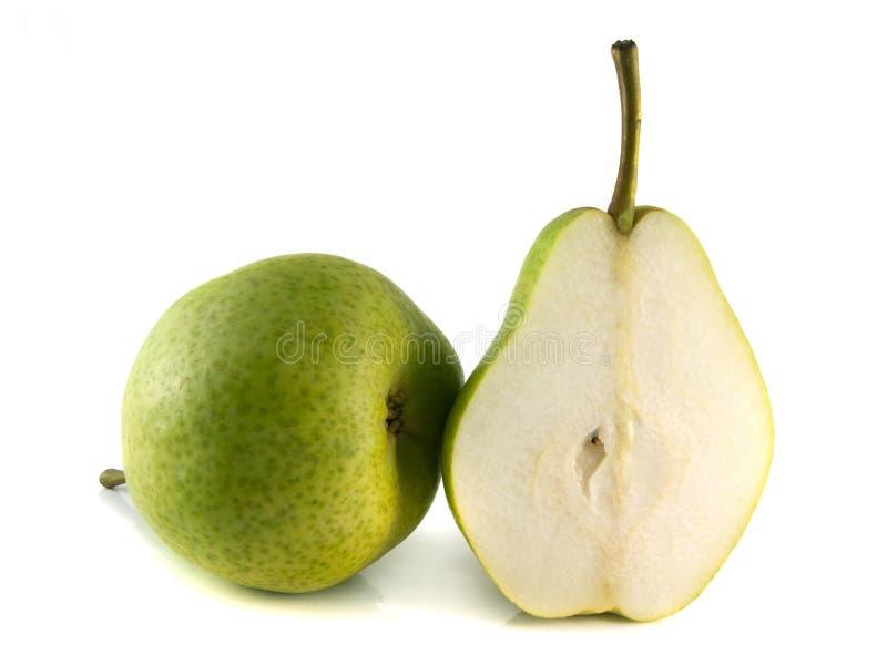 Pera verde madura com metade no fundo branco. imagens de stock