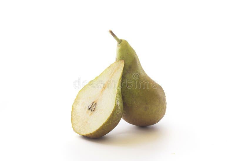 Pera verde madura fresca con la mitad cortada de la pera, aislada imágenes de archivo libres de regalías