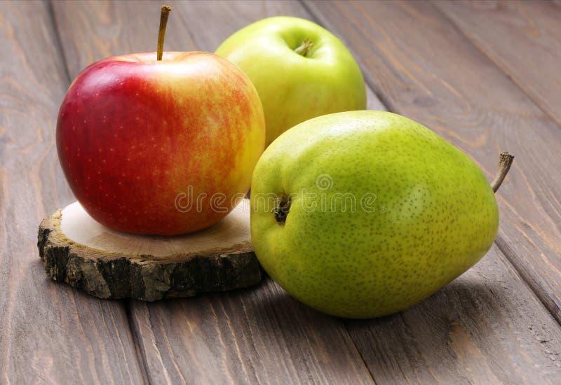 Pera y manzanas maduras fotografía de archivo libre de regalías