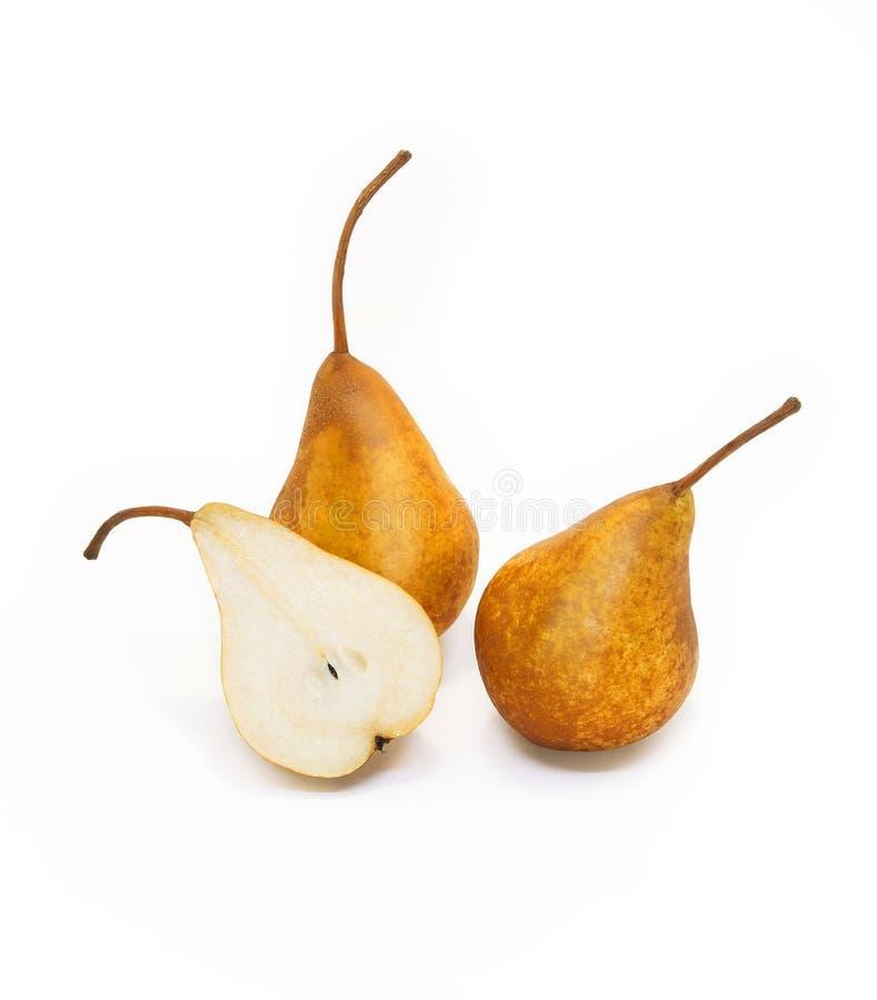 Peras amarillas sabrosas maduras Dos pera entera y mitad de las peras de la pera con las motas en un fondo blanco imagen de archivo