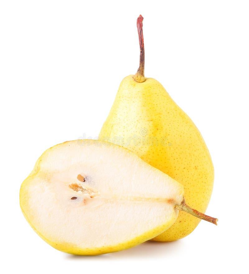 Peras, corte y entero amarillos sobre el fondo blanco imagen de archivo