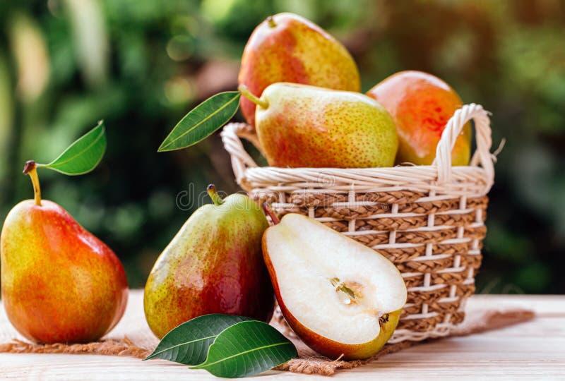 Peras dulces en la cesta imagen de archivo