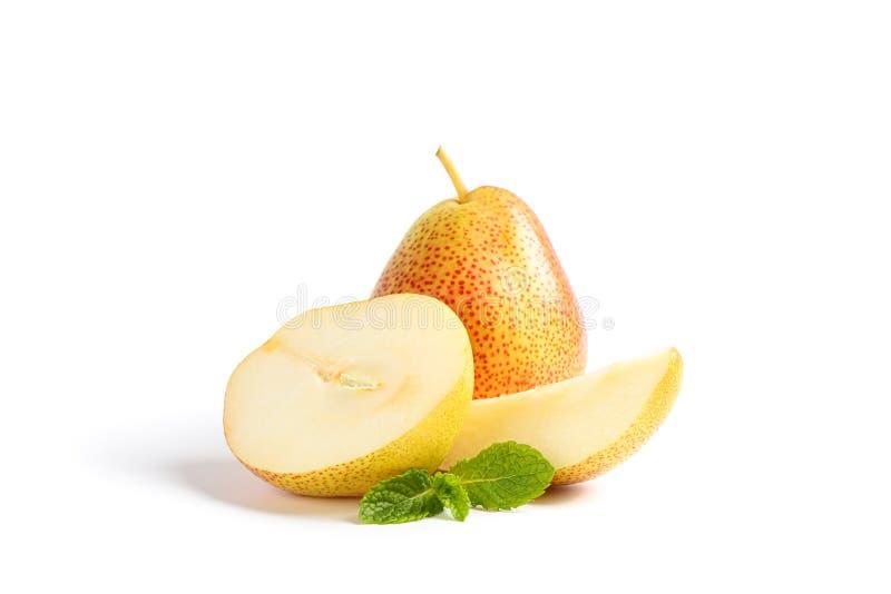 Peras dulces frescas con la menta aislada fotografía de archivo