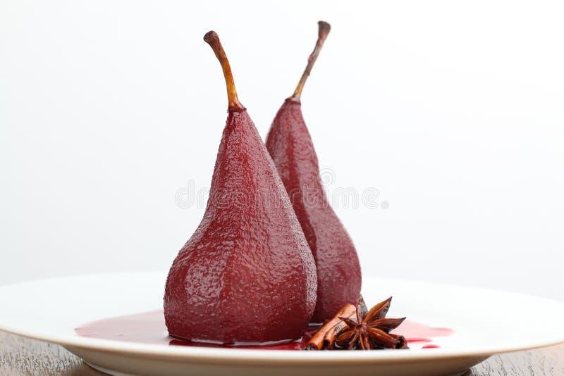 Peras escalfadas en vino rojo imagen de archivo
