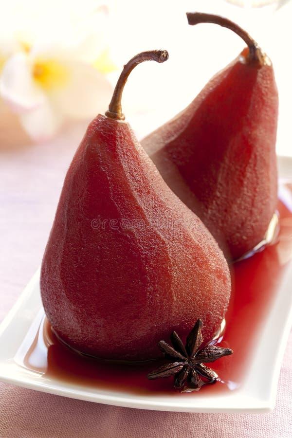 Peras escalfadas en vino rojo foto de archivo
