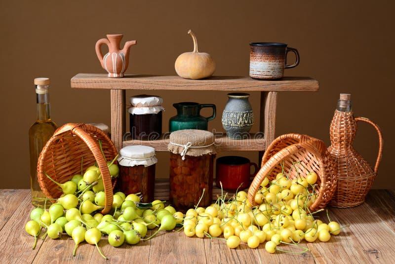 Peras frescas, cerezas en cesta de mimbre imagenes de archivo