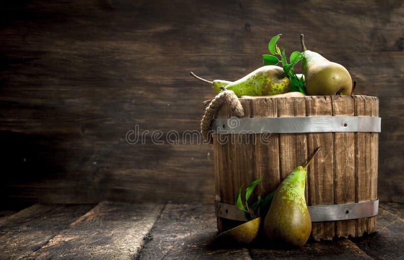 Peras frescas em uma cubeta de madeira foto de stock