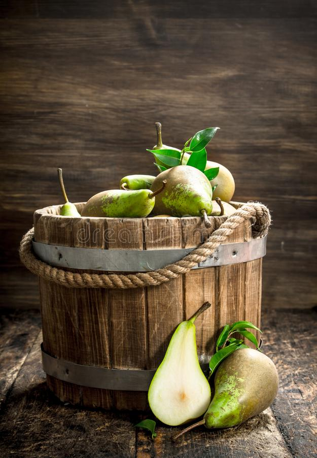 Peras frescas em uma cubeta de madeira fotografia de stock royalty free