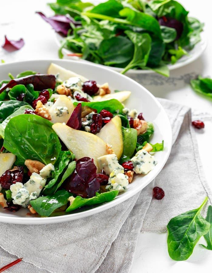 Peras frescas, ensalada del queso verde con la mezcla verde vegetal, nueces, arándano Alimento sano imagen de archivo libre de regalías