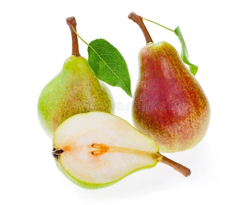 Peras jugosas de las frutas con las hojas, aisladas en blanco, y corte de la mitad imágenes de archivo libres de regalías
