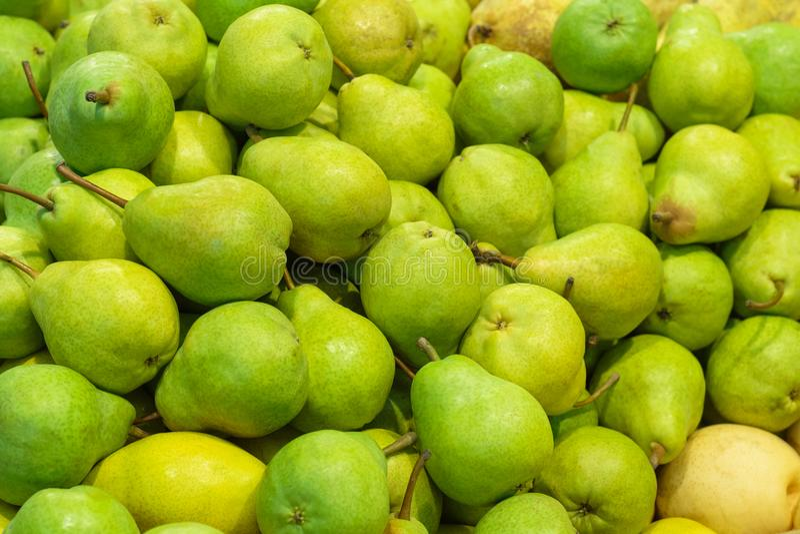 Peras verdes do ` de Williams do ` na loja como o fundo fotos de stock