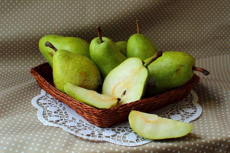 Peras verdes en una cesta foto de archivo libre de regalías